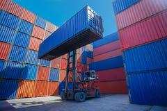Gaffeltrucklyftande lastbehållare i sändande gård eller skeppsdockagård mot soluppgånghimmel för trans.import royaltyfri bild
