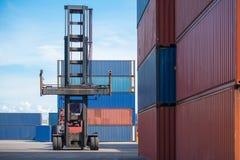 Gaffeltrucklyftande lastbehållare i sändande gård eller skeppsdockagård mot soluppgånghimmel för trans.import royaltyfria foton