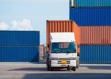 Gaffeltrucklyftande lastbehållare i sändande gård eller skeppsdockagård mot soluppgånghimmel för trans.import arkivbilder