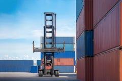 Gaffeltrucklyftande lastbehållare i sändande gård eller skeppsdockagård mot soluppgånghimmel för trans.import, export och journal fotografering för bildbyråer