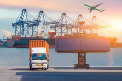 Gaffeltrucklyftande lastbehållare i sändande gård eller skeppsdockagård mot soluppgånghimmel för trans.import, export och journal arkivbild