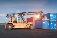 Gaffeltrucklyftande lastbehållare i sändnings royaltyfria bilder