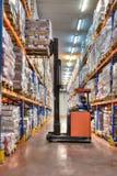 Gaffeltruckutmatningsfack i efterbehandlaren som arbetar i mycket kall diversehandel, kylförvaringware Fotografering för Bildbyråer