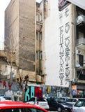 Gafitti aan de kant van een gebouw binnen de stad in in de winter zeggen Verloren in Paradijs en Athene is nieuw Berlin Athens Gr royalty-vrije stock foto