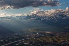 Gaflei, Vaduz, Liechtenstein - szaleje nad Rhine doliną od Gaflei panoramy wierza z chmurnymi Apenzell Alps obraz stock