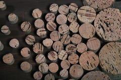 Gag dla butelek i puszek korka Abstrakcjonistyczny tło balsowy drewno wielkie i małe prymki Obrazy Royalty Free