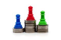Gage d'échecs sur le dessus de l'escalier de pièces de monnaie Image stock