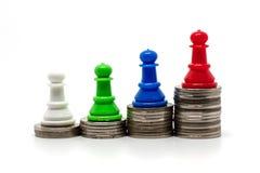 Gage d'échecs sur le dessus de l'escalier de pièces de monnaie Photos stock