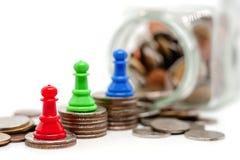 Gage d'échecs sur le dessus de l'escalier de pièces de monnaie Photo libre de droits