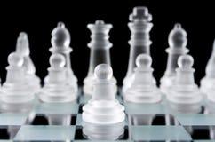 Gage en verre d'échecs sur l'échiquier Photographie stock libre de droits