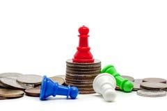 Gage rouge d'échecs sur le dessus des pièces de monnaie Photos libres de droits