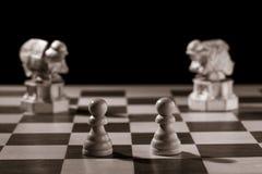 Gages blancs classiques et les mêmes pièces d'échecs sous forme de med Photo stock