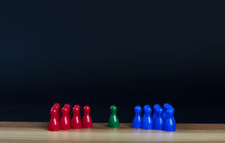 Gages dans trois couleurs sur une table en bois Photos stock
