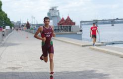 Gagnant courant sur un remblai de ville pendant du triathlon 2019 de Dnipro ETU Junior European Cup image libre de droits