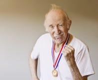 Gagnant de médaille de vieillard photos libres de droits