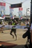 gagnant de téléphone de marathon d'aviv images libres de droits