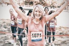 Gagnant heureux de course de marathon de cancer du sein Images stock