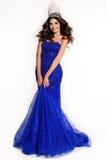 Gagnant magnifique de concours de beauté utilisant la robe luxueuse de paillette et la couronne précieuse photo stock