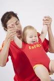 Gagnants bébé et fans de foot d'Espagnol de mère Photo stock