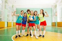 Gagnants de volleyball se tenant ensemble après match Photographie stock libre de droits