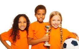 Gagnants divers heureux d'enfants des jeux de football Photo libre de droits