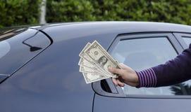 Gagner l'argent vendant des voitures images stock