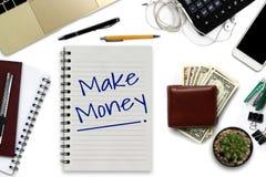 Gagnez l'argent sur le bloc-notes - bureau blanc avec le smartphone avec b Photos stock
