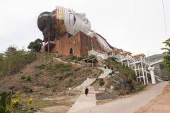 Gagnez Sein Taw Ya, statue étendue de Bouddha chez Mudon près de Mawlamyine, photographie stock