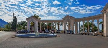 GAGRA, ABCHASIEN - 4. OKTOBER 2014: Kolonnade nahe dem Schwarzen Meer lizenzfreie stockbilder