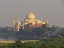 Gagra Indien, November 21, 2013 Taj Mahal är en härlig vit marmorerar mausoleet Sikt från fort royaltyfri foto