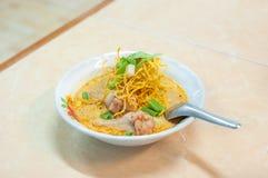 Gai de soi de Kao, nouilles croustillantes de Chiang Mai avec le poulet Images stock
