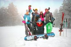 Gai du groupe d'amis profitez d'un agréable moment en hiver Image stock