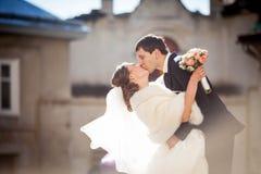 Gai et embrassant des jeunes mariées Photo stock