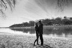 Gai s'aimant baisers de couples Promenade sur la berge et l'étreinte Image libre de droits