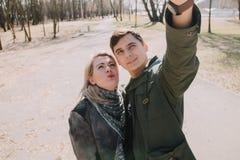 Gai s'aimant baisers de couples Promenade sur la berge et l'étreinte Photos libres de droits
