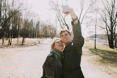 Gai s'aimant baisers de couples Promenade sur la berge et l'étreinte Photographie stock