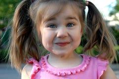Gaieté d'enfance sur le visage de la fille photographie stock libre de droits