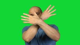 Gain de l'homme chauve sur le fond vert banque de vidéos