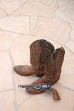 Gaines et canon de cowboy sur la dalle Photographie stock