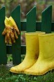 Gaines et gants dans le fron d'une frontière de sécurité Photos stock