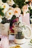 Gaiola de pássaro do vintage ainda na vida romântica cor-de-rosa Imagens de Stock Royalty Free