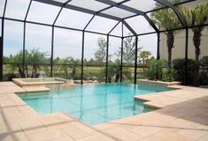 Gaiola de Wih da piscina Fotos de Stock Royalty Free