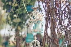 Gaiola decorativa branca com flores bonitas, pilhas da suspensão Imagem de Stock Royalty Free