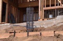 Gaiola do Rebar em uma casa que está sendo construída em um montanhês (vertical) Foto de Stock Royalty Free