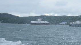 Gaiola velha dos salmões perto do litoral do mar de Barents filme