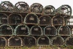 Gaiolas acastanhadas velhas para a pesca da lagosta e do caranguejo, Dingle, Irlanda foto de stock
