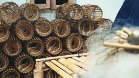 Gaiolas e redes de madeira dos peixes video estoque