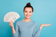 Gais positifs de portrait excités apprécient la dame le beau millionnaire qu'élégant de billet de banque ont l'annonce de cho photos libres de droits