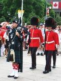 Gaiteiro e protetores do dia de Canadá, em Ottawa, Ontário Imagem de Stock