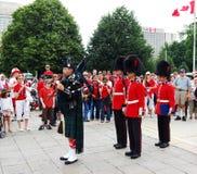 Gaiteiro e protetores do dia de Canadá, em Ottawa, Ontário Fotos de Stock Royalty Free